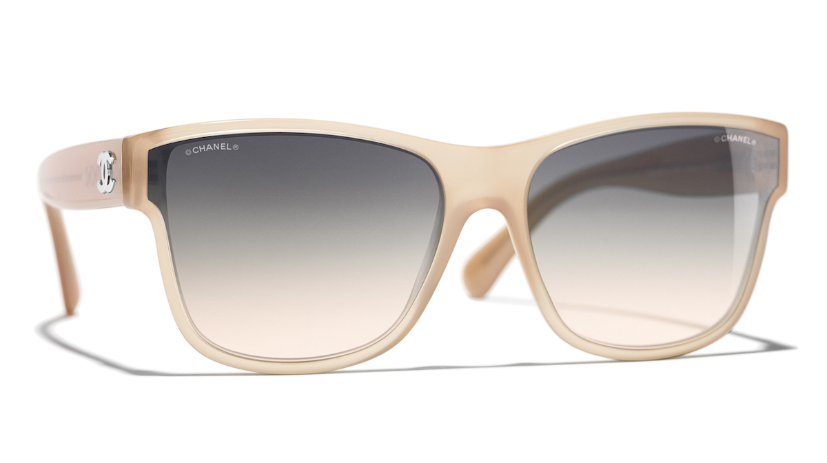 0db7f27772bd3e L emblématique carré XL des lunettes Chanel est revisité avec une touche  contemporaine. Le modèle se décline dans des teintes classiques comme le  noir et le ...